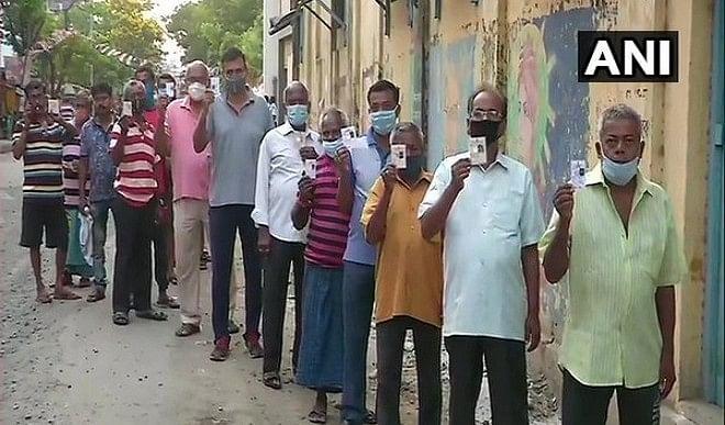 बंगाल विधानसभा चुनाव के छठे चरण के लिए मतदान जारी, बूथ पर लगी लंबी कतारें