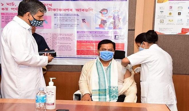 असम-के-मुख्यमंत्री-सर्बानंद-सोनोवाल-ने-कोविड-19-टीके-की-पहली-खुराक-ली