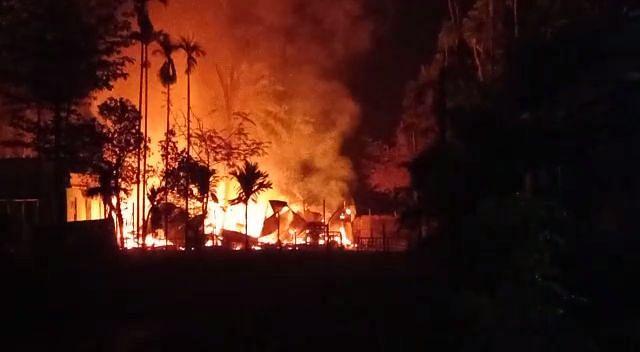 आग में पांच घर जलकर राख, लाखों का नुकसान