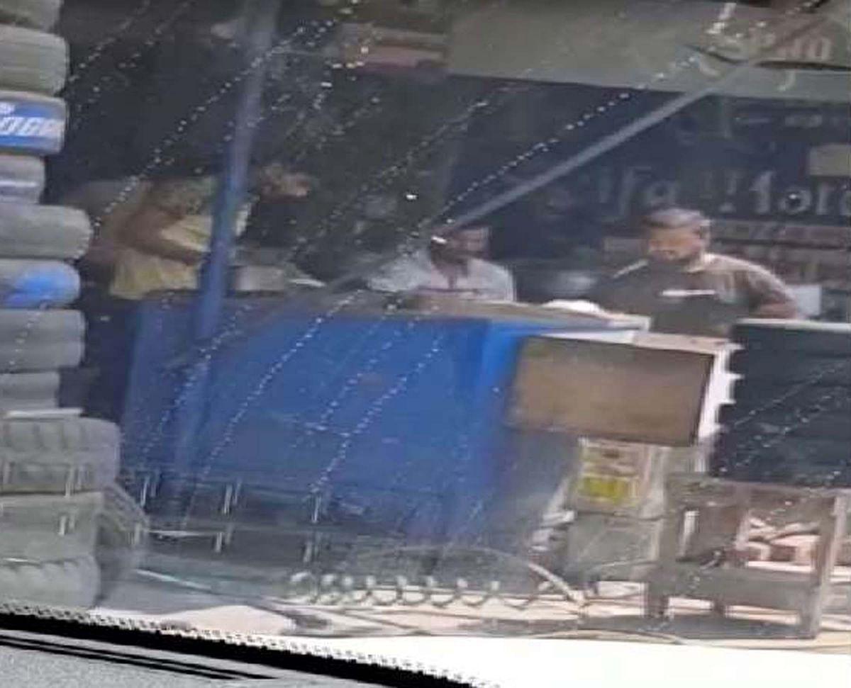 गुरुग्राम:होटल कर्मी रोटियों पर डाल रहा था थूक, मालिक समेत दो गिरफ्तार