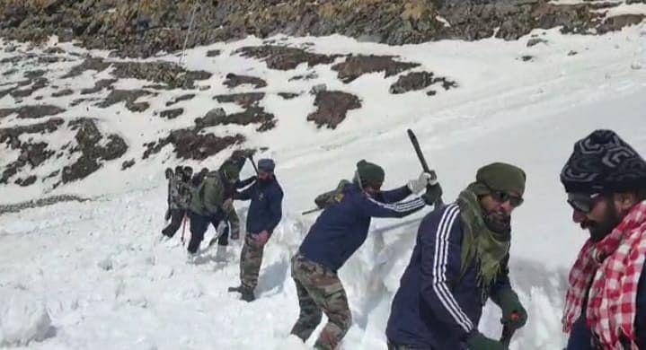 हेमकुण्ड साहिब-लोकपाल का मार्ग खोलने पहुंचे सेना के जवान