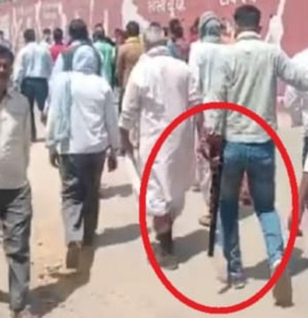 रायबरेली : भाजपा उम्मीदवार के नामांकन में हथियारों का प्रदर्शन, कोविड मानकों की उड़ी धज्जियां