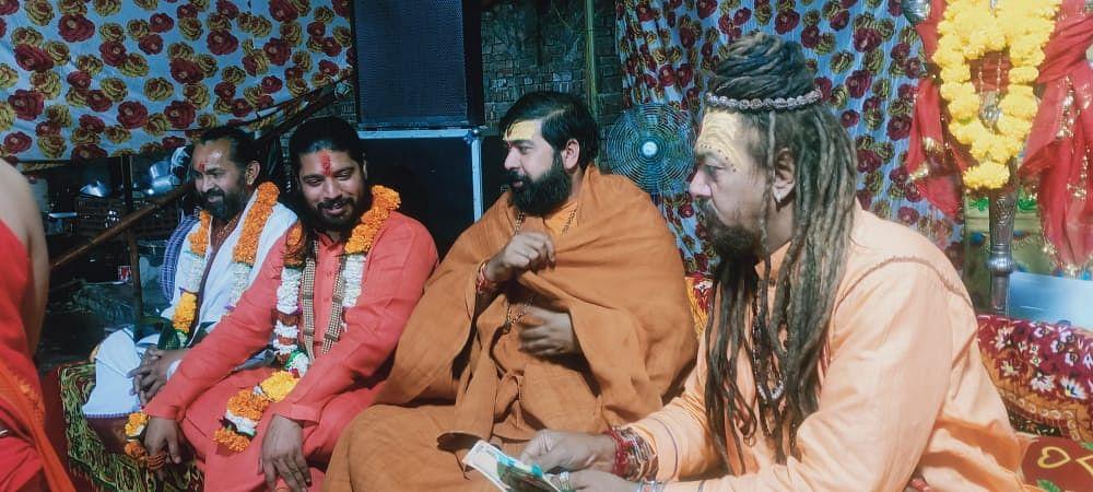devotees-join-jagran-on-the-35th-nirvana-festival-of-lord-giri-maharaj