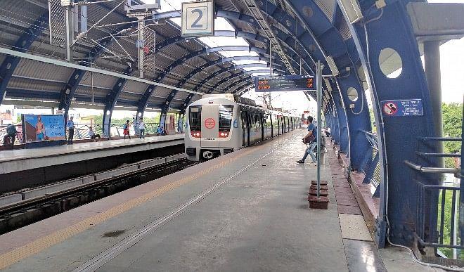 कोरोना वायरस के कारण दिल्ली मेट्रो के कुछ स्टेशनों की एंट्री रोकी गयी
