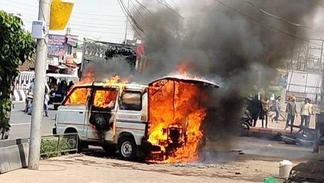 लखनऊ : मारुति वैन में लगी आग, चार झुलसे