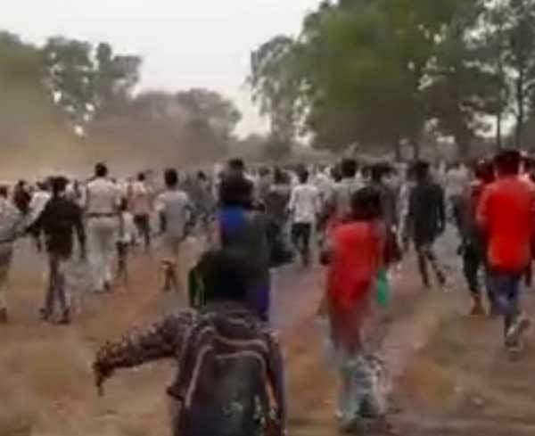 जगदलपुर : जनसुनवाई से नाराज ग्रामीणों ने विधायक व अधिकारियों पर किया पथराव