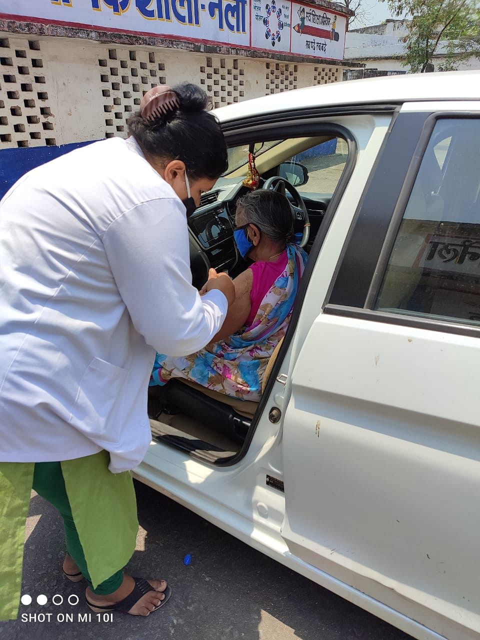 रायपुर : कोरोना संक्रमण से बचने 92 वर्षीया रजवंती बाई ने टीका लगवाकर लोगों को किया प्रेरित