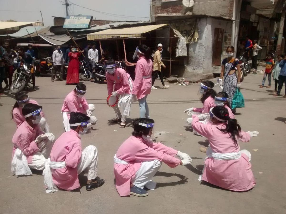 जयपुर की बस्तियों में लोगों को नुक्कड़ नाटक में दिखाए कोरोना के खतरे