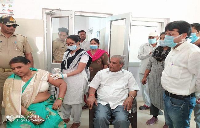 औरैया : कृषि राज्यमंत्री ने पत्नी संग लगवाया कोरोना का टीका