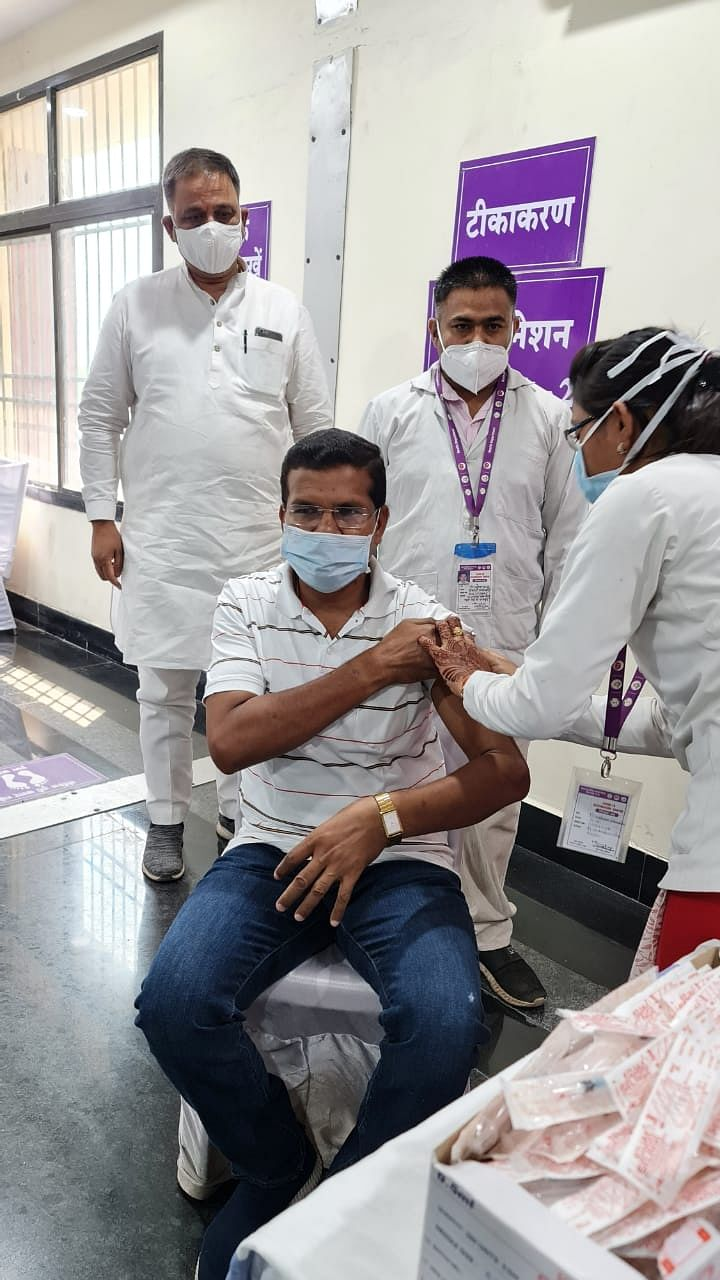 kondagaon-mla-mohan-markam-gets-first-dose-of-corona-vaccine