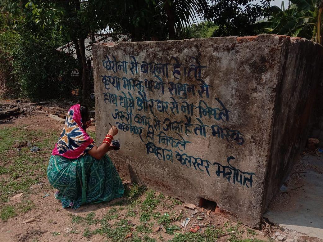 kondagaon-women-of-bihan-groups-are-writing-awareness-message-in-every-village