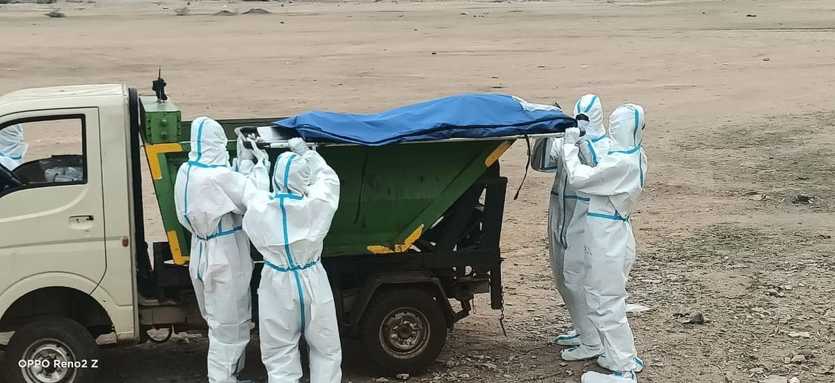 राजनांदगांव: कोविड से मृत व्यक्तियों के शव को कचरा फेंकने वाले वाहन से ले जाया जा रहा