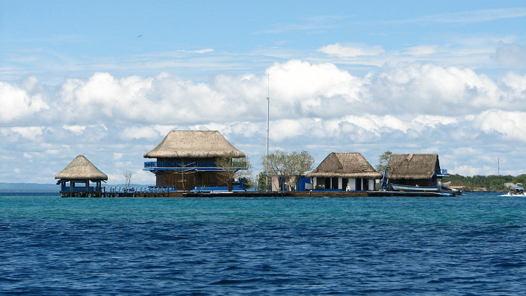 किरिबाती द्वीप पर तैरते हुए घर में रहकर प्रशांत महासागर का मजा लें