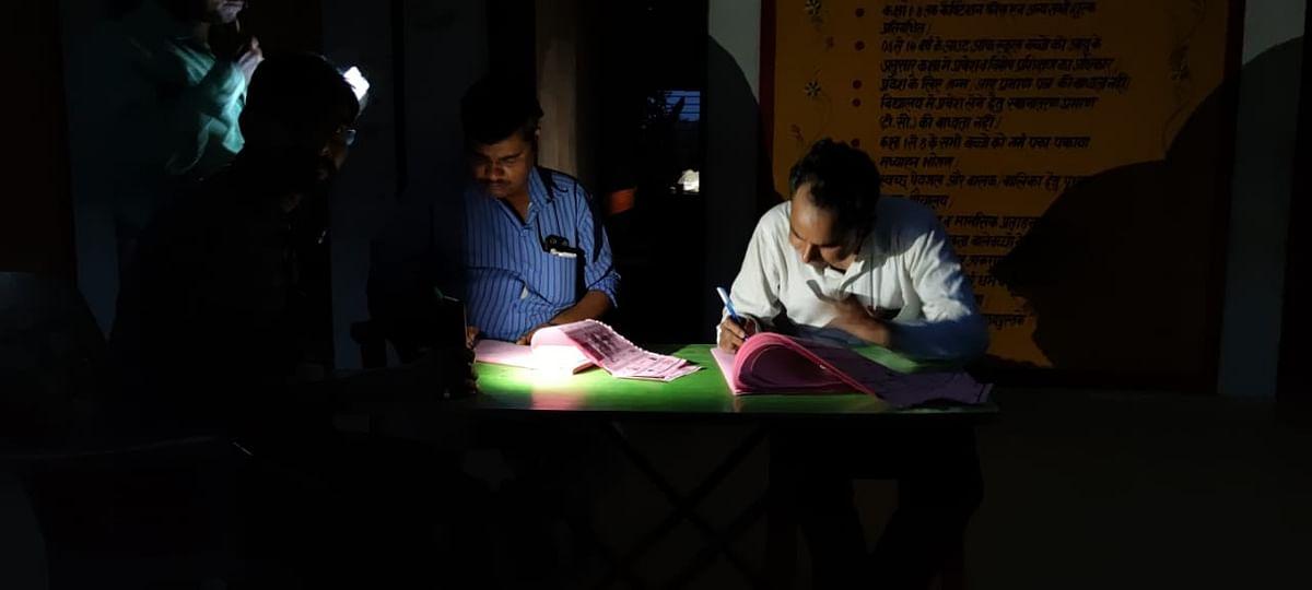 पंचायत चुनाव में दिखी प्रशासन की लापरवाही, मोबाइल की रोशनी पर काम कर रहे कर्मचारी