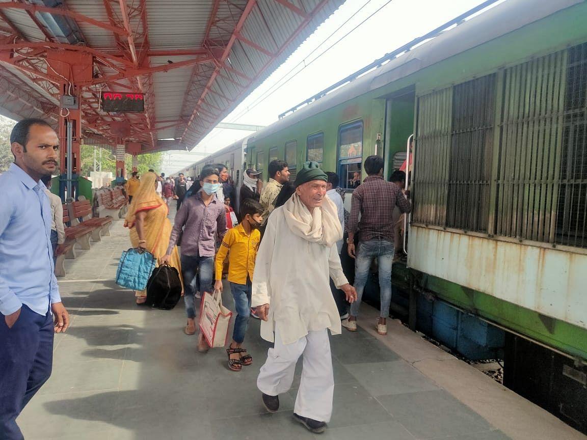 चार पैसेंजर ट्रेनों के चलने से दैनिक यात्रियों में खुशी की लहर