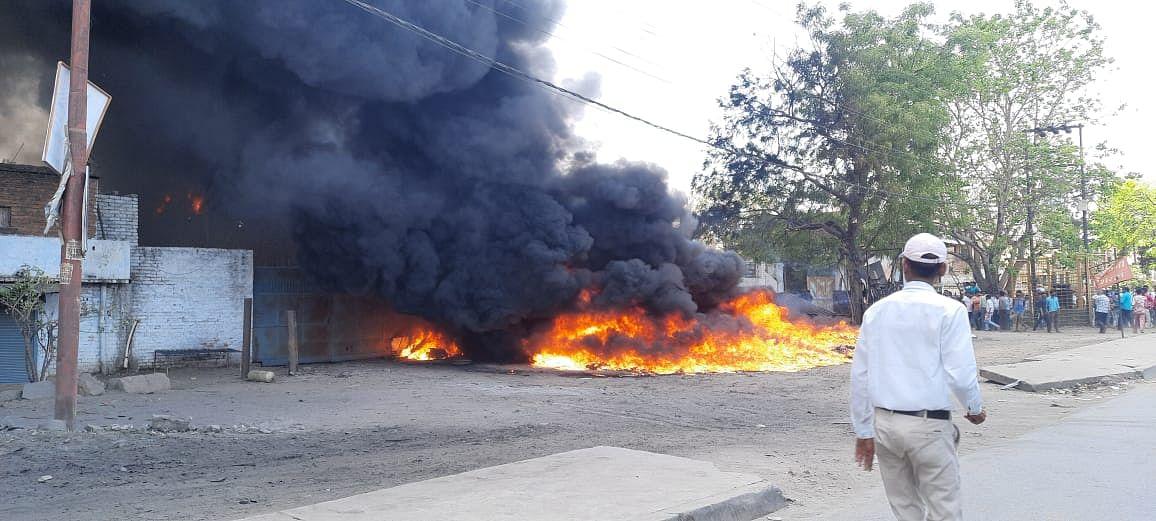 कानपुर : चकेरी में कबाड़ गोदाम में लगी भीषण आग, दमकल ने शुरु किया रेस्क्यू