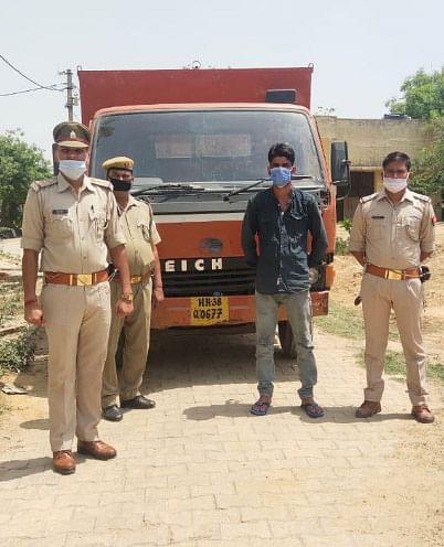 मथुरा : तस्करी को जाती 3.10 लाख रुपये कीमत की 50 पेटी शराब जब्त, एक तस्कर गिरफ्तार