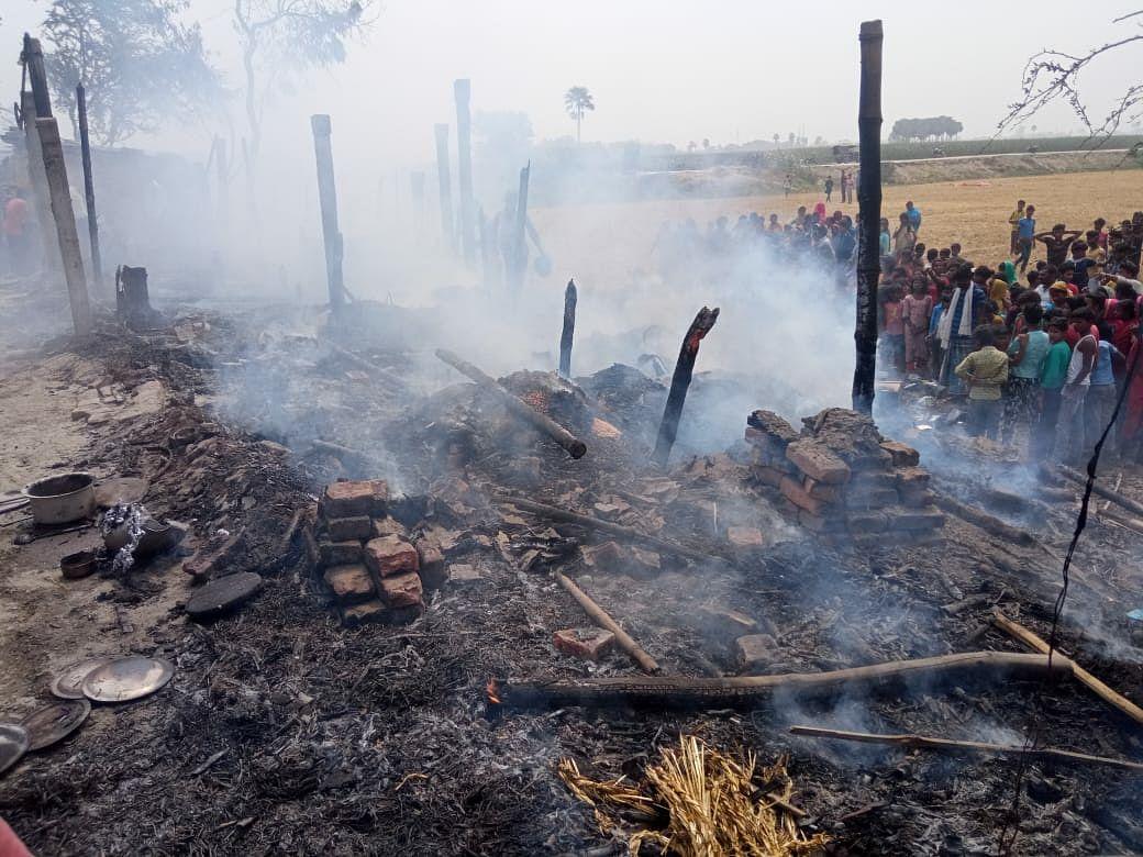 सलखुआ में आग से दस महादलित के घर स्वाहा