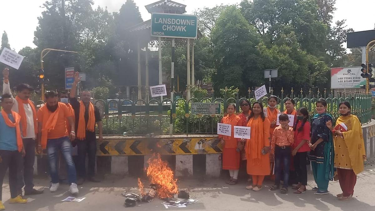 हिंदू युवा वाहिनी ने आप विधायक अमानतुल्ला का पुतला फूंका