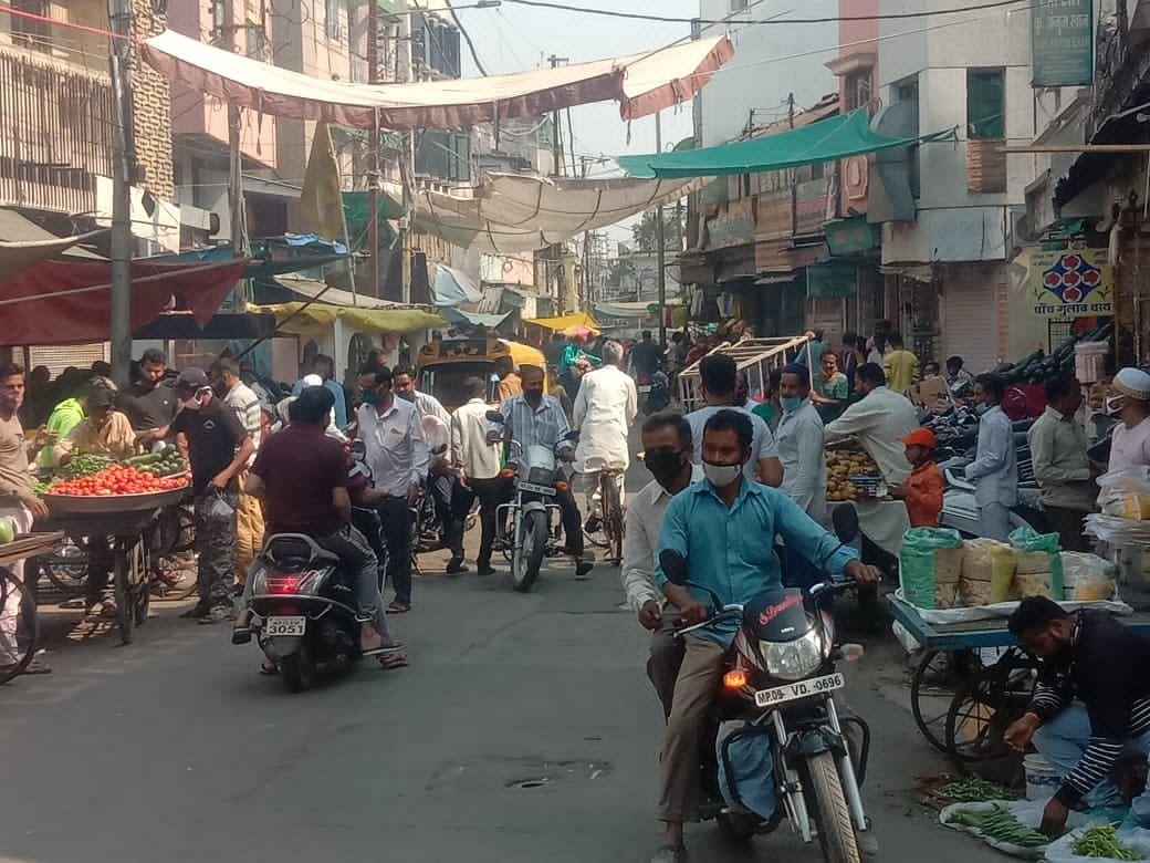 कोरोना कर्फ्यू में राहत मिलते ही बाजारों में उमड़ी भीड़