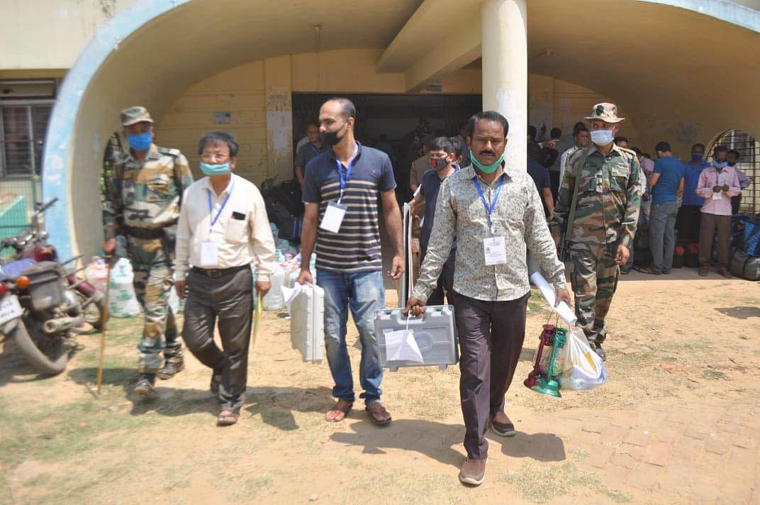 त्रिपुरा एडीसी चुनावः ईवीएम के साथ मतदान केंद्रों की ओर रवाना हुए चुनाव कर्मी