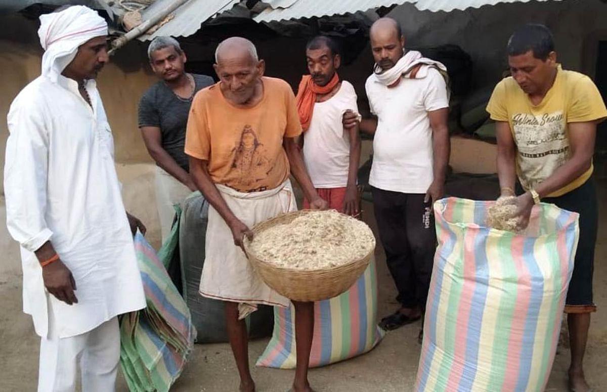 अन्ना प्रथा पर अंकुश लगाने को अरछाबरेठी गौशाला में किसानों ने एकत्र किया भूसा