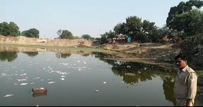 फिरोजाबाद में मतदान के दौरान बवाल, मतपेटिका तालाब में फेंकी