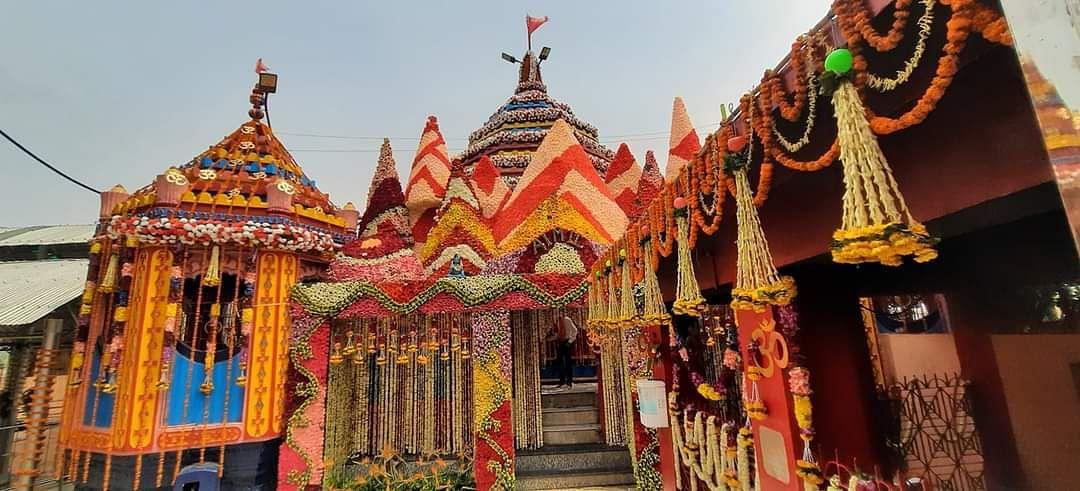 दुर्गा अष्टमी के मौके पर आकर्षक तरीके से सजा मां छिन्नमस्तिके दरबार