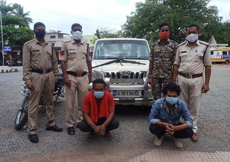 जगदलपुर : स्कार्पियो वाहन से धारदार हथियार के साथ दो आरोपित गिरफ्तार