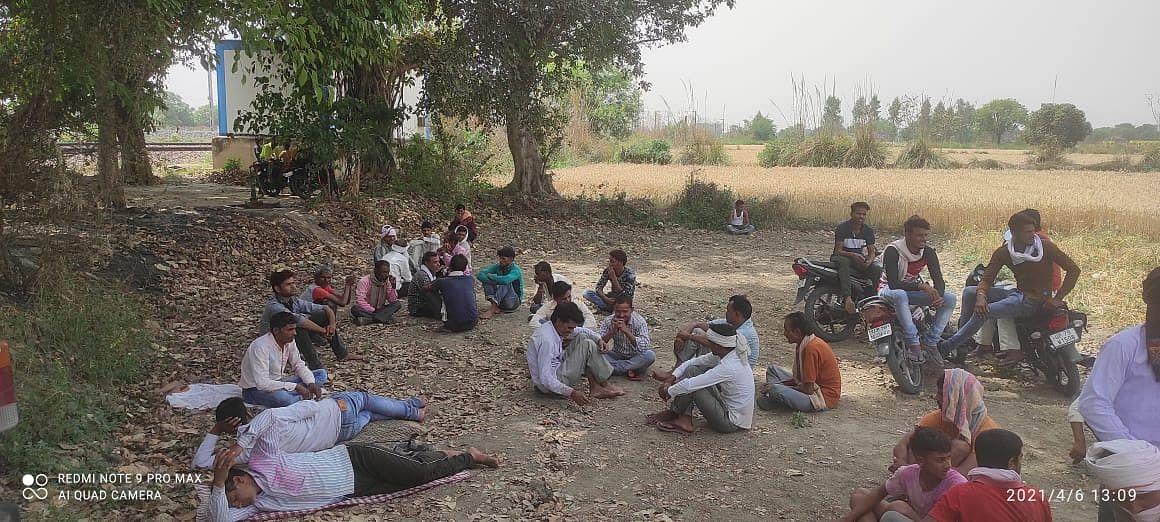 बिना मुआवजा दिये ओवरब्रिज की पैमाइश करने पहुंचे अधिकारियों का किसानों ने किया विरोध