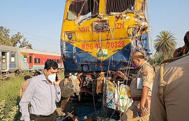 शाहजहांपुर : हुलासनगर रेलवे क्रासिंग पर ट्रेन की डीसीएम ट्रक व बाइक में टक्कर, पांच लोगों की मौत