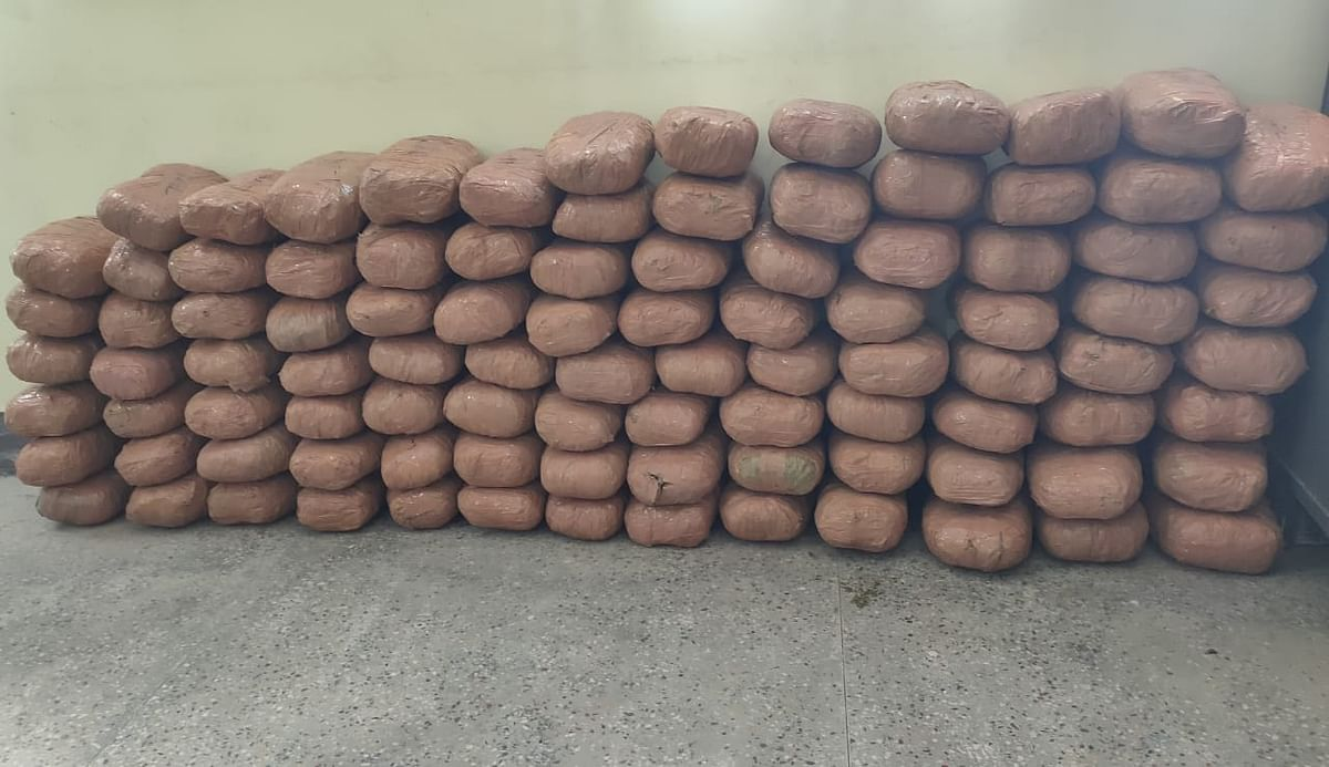 हजारीबाग :  कार की डिक्की से 96 पॉकेट गांजा बरामद