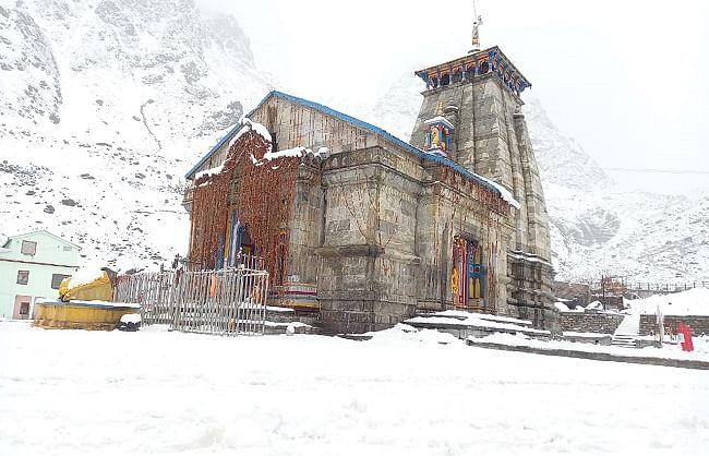 केदारनाथ में ताजा बर्फवारी के चलते निर्माण कार्य अवरुद्ध