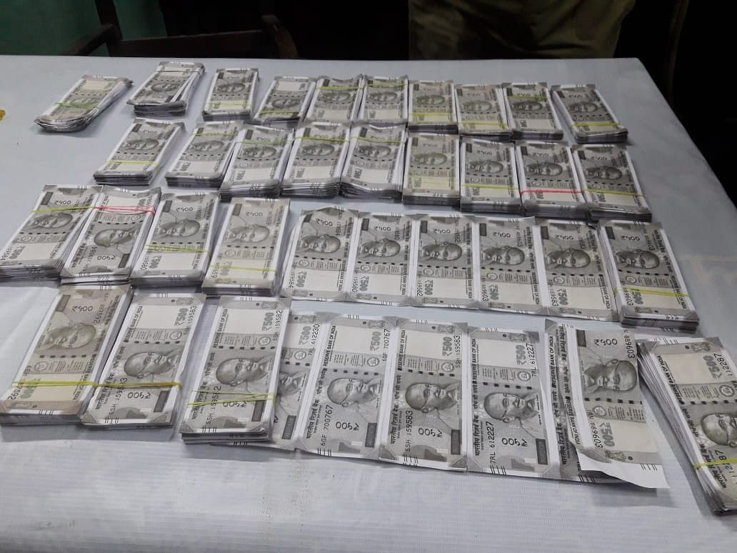 one-person-arrested-including-fake-notes-of-twelve-lakh-rupees