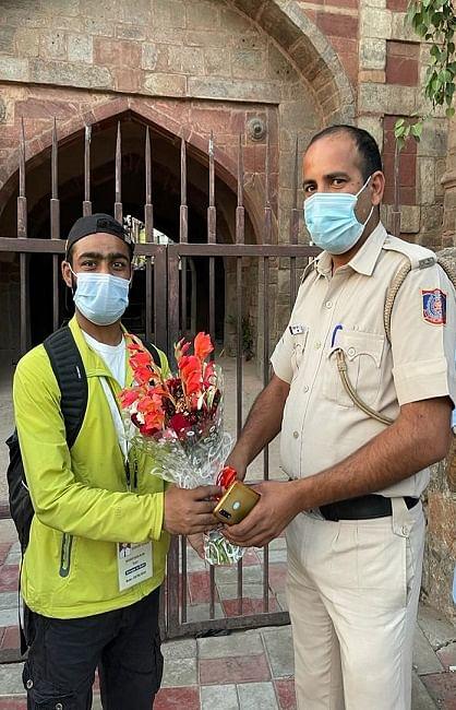 नशे के खिलाफ अलख जगाने पैदल निकला कश्मीरी नौजवान पहुंचा दिल्ली