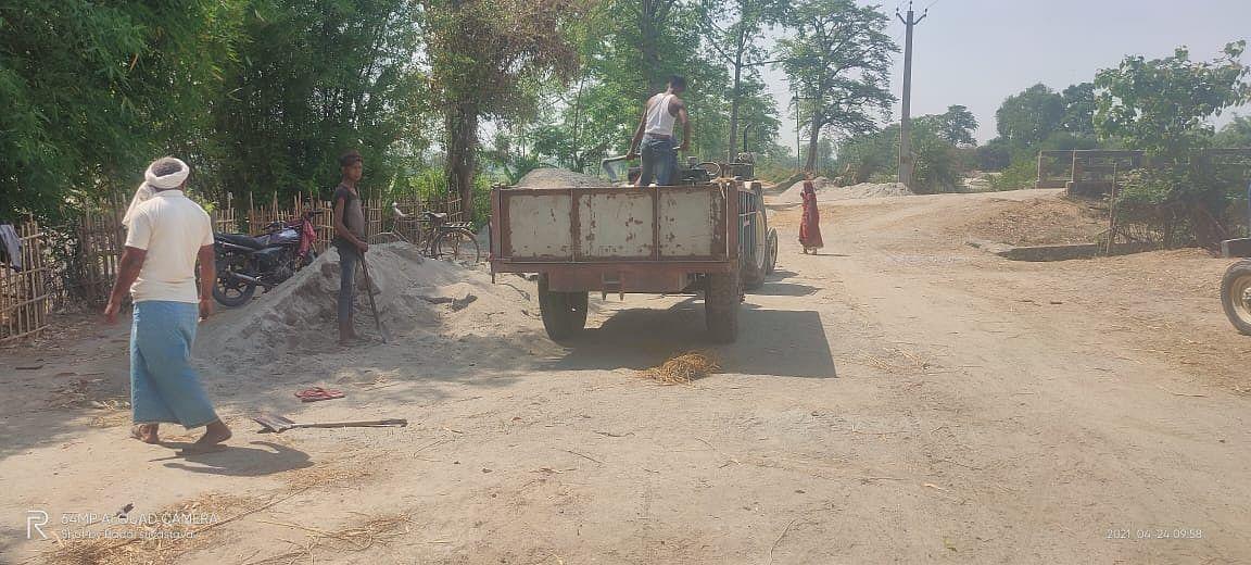 वाल्मीकिनगर में तिरहुत नहर से बालू माफियाओं के द्वारा किया जा रहा है अवैध उत्खनन