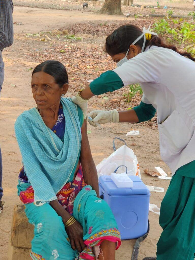 बीजापुर में इन्द्रावती नदी पार अबूझमाड़ पहुंचा चिकित्सा दल, 60 ग्रामीणों को लगाया टीका