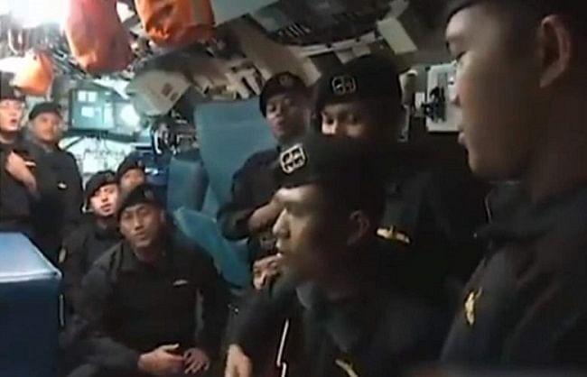 इंडोनेशियाई नौसैनिकों के मरने से पहले गाया फेयरवेल सांग का वीडियो वायरल