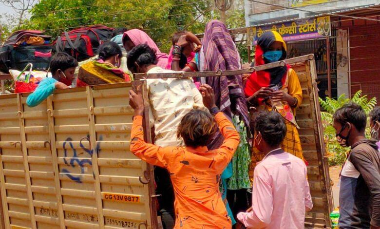 रायगढ़ : ओडिशा से पहुंचे मजदूरों के लिए खाने पीने और घर तक पहुंचने, की गई व्यवस्था