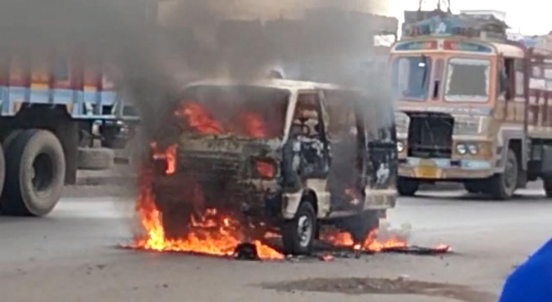 भिलाई नगर: एंबुलेंस में लगी आग, खड़ी बाइक भी जलकर हुई खाक