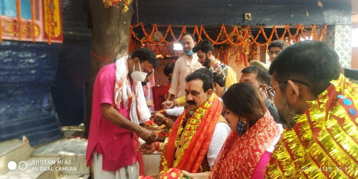 एमपी के गृह मंत्री डॉ नरोत्तम मिश्रा ने अपनी पत्नी के साथ मां छिन्नमस्तिके दरबार में की पूजा