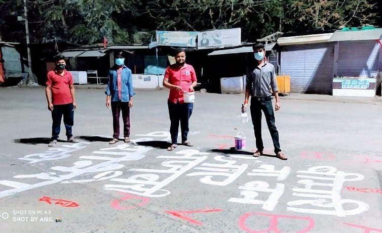 बेवजह घर से न निकलने लोगों को समझा रही विद्यार्थी परिषद की टीम