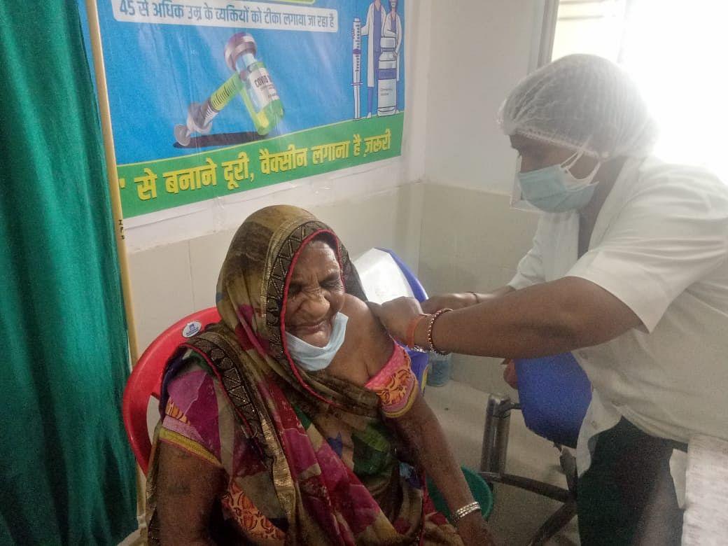 रायपुर : कोरोना से बचाव के लिए 91 वर्षीय दुर्गा देवी ने टीका लगवाकर लोगों को किया जागरूक