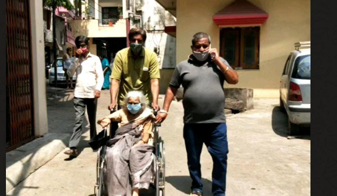 रायपुर : 103 वर्षीय बुजुर्ग महिला ने लगवाया कोरोना का टीका