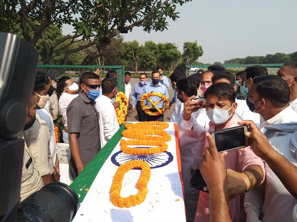 martyr39s-body-reached-raigad-in-naxalite-attack