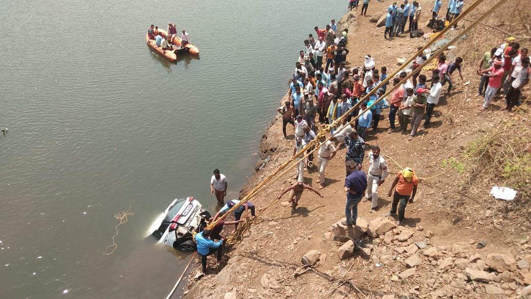 पुल से गिरी कार, दो युवकों की मौत