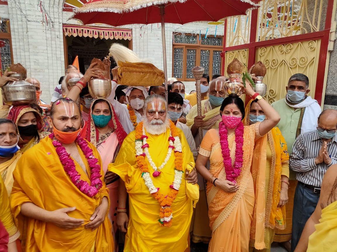 संत समाज के साथ कलश यात्रा लेकर गंगा तट पर पहुंचीं महापौर