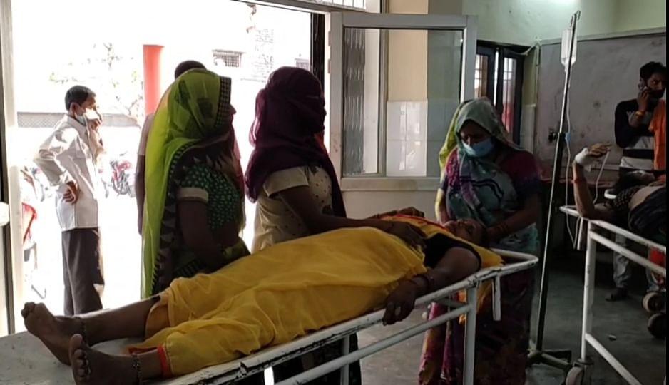 गंगा स्नान कर लौट रहे तीर्थ यात्रियों का टैम्पो पलटा, एक दर्जन घायल