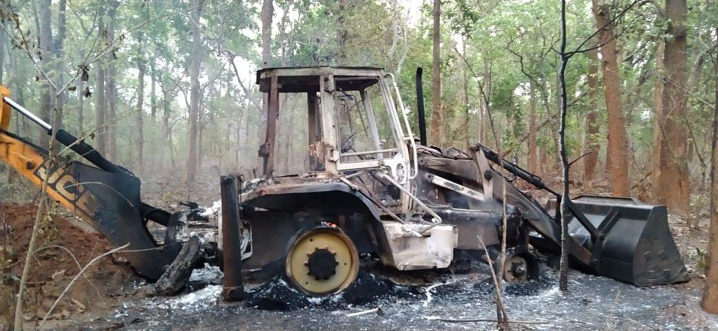 नारायणपुर : नक्सलियों ने जेसीबी मशीन को किया आग के हवाले