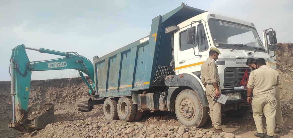विभिन्न थाना क्षेत्रों में अवैध खनन में लिप्त कुल 5 वाहनों को किया सीज